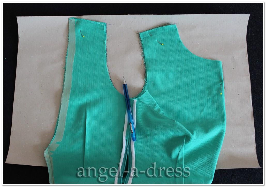 Как выкроить обтачку на горловину платья